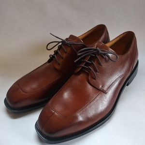 Brown Rockport split toe Oxford Derby dress shoe.